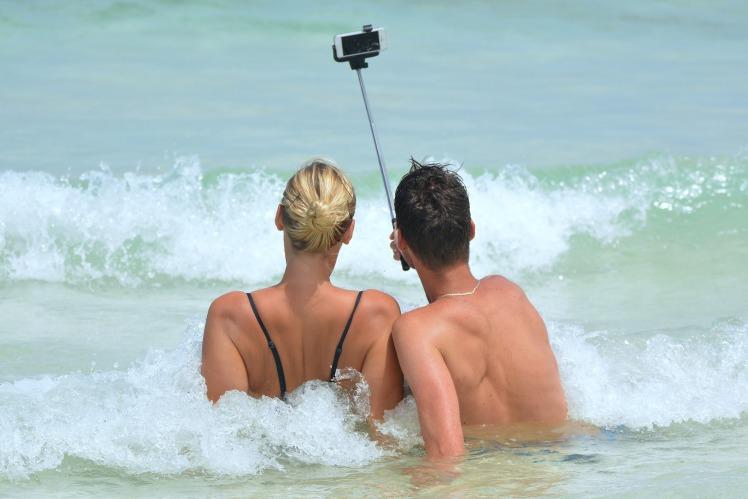selfie-900001_1920.jpg